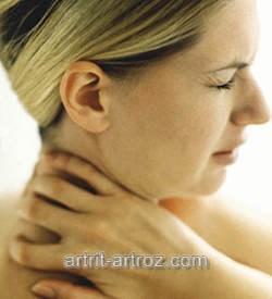 женщина рукой держится за шею