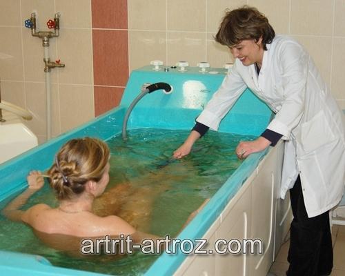 девушка проводит процедура в ванной