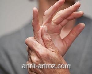 человек массирует руку