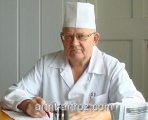 пожилой мужчина в белом халате