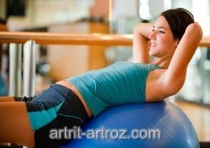 девушка делает упражнения с шаром