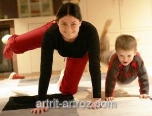 женщина и ребенок делают зарядку