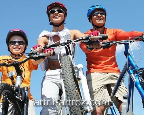 двое взрослых и ребенок на велосипедах