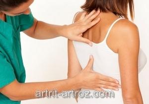женщина трогает спину девушке в майке