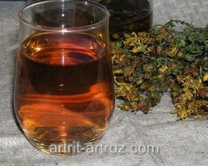 стакан с коричневой жидкостью