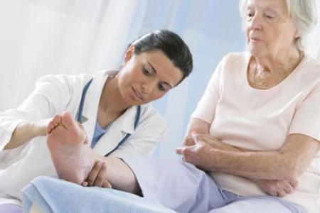 врач осматривет пациентку
