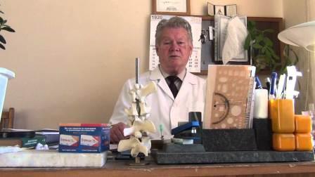 врач сидит за столом