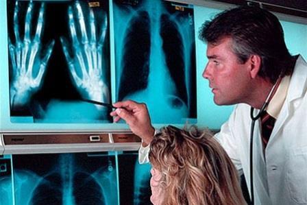 врач смотрит снимки