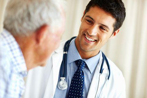 врач улыбвется пациенту