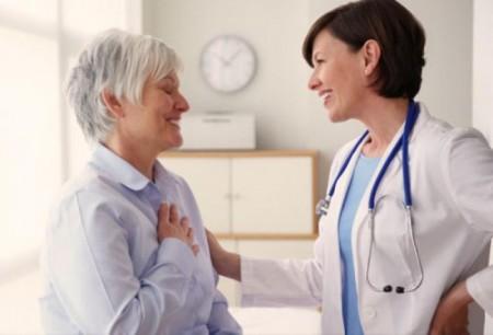женщина и врач улыбаются
