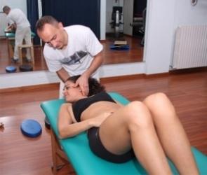 мужчина делает массаж