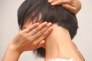 женщина поворачивает голову