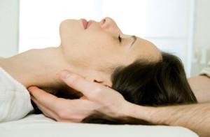 женщине делают массаж шеи