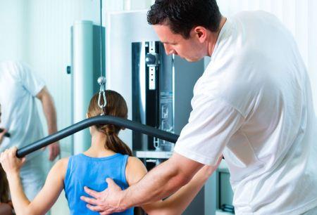 врач показывает пациентке на спину