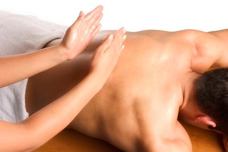 женщина делает мужчине массаж спины