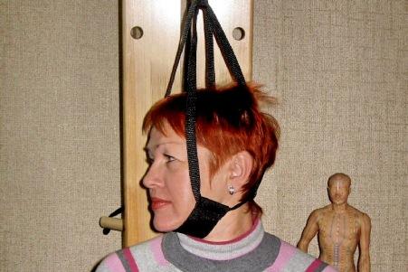 женщина проходит процедуру вытягивания позвоночника