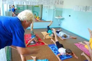 дети выполняют гимнастику