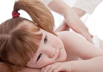 ребенку делают массаж