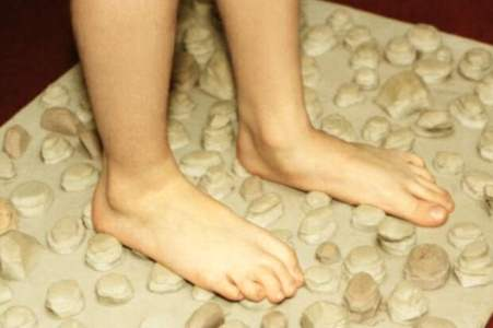 ноги стоят на коврике