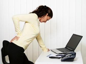 женщина обперлась на стол