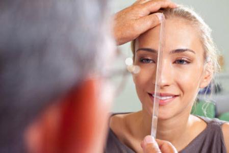 женщине обследуют нос