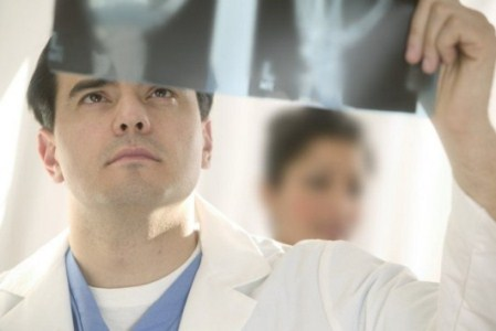 врач смотрит на снимок