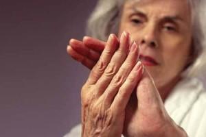 женщина смотрит на руку