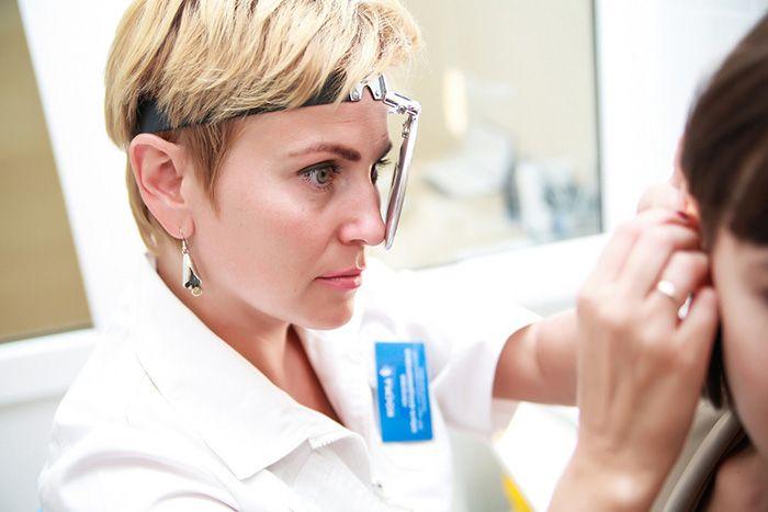 врач проверяет ухо пациентке