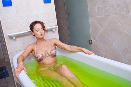 женщина лежит в лечебной ванне