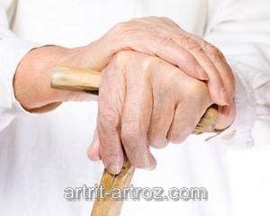 руки престарелой женщины