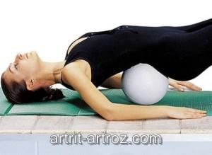 женщина делает гимнастические упражнения