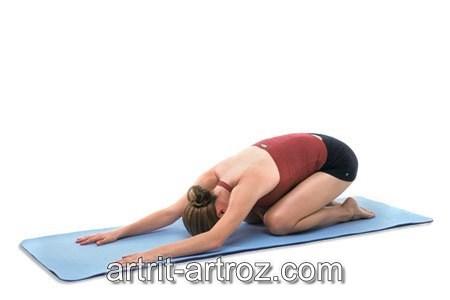 женщина выполняет физкультурное упражнение