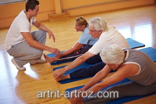 группа людей выполняют упражнения
