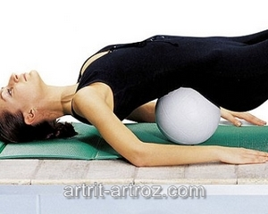 девушка делает упражнение с мячом