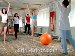 группа девушек занимается спортом