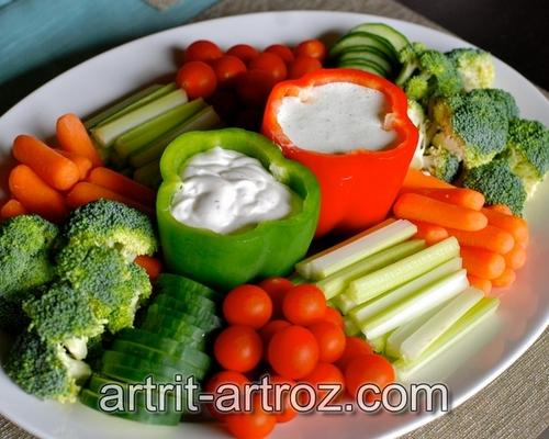 овощи выложенные на блюде