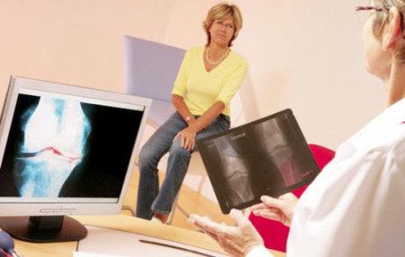 врач консультирует женщину