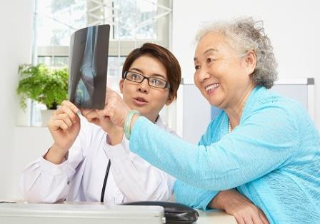 врач беседует со старушкой
