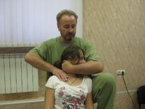 Мужчина проводит массаж шейного отдела позвоночника