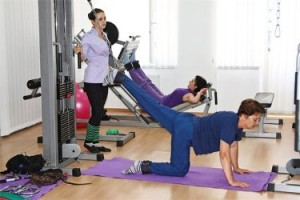 Женщина занимается лечебной физкультурой