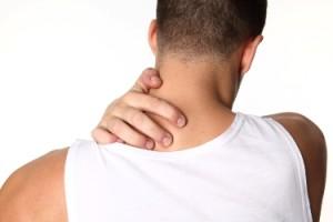 мужчина трогает шею