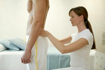 женщина массирует спину мужчине