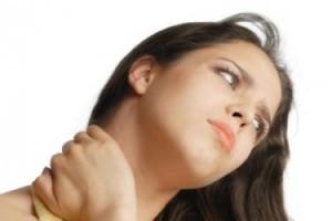 Женщина наклонила голову
