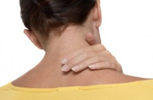 женщина положила руку на шею