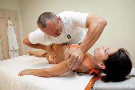 мануальный терапевт и женщина