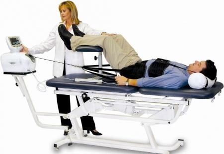 мужчина на процедуре диагностики грыжи