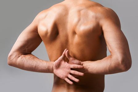 руки мужчины на спиной