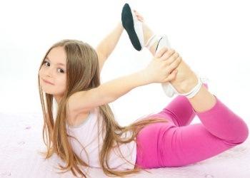 ребенок делает упражнение