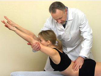 врач проводит мануальную терапию
