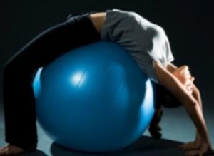 женщина лежит на мяче